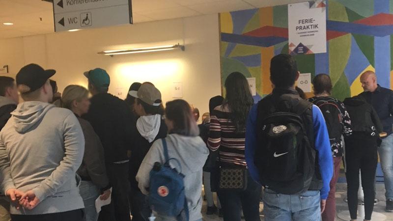 Unga feriepraktikanter väntar på att få signera avtal