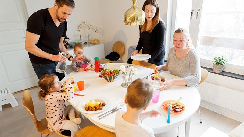 En familj vid middagsbordet