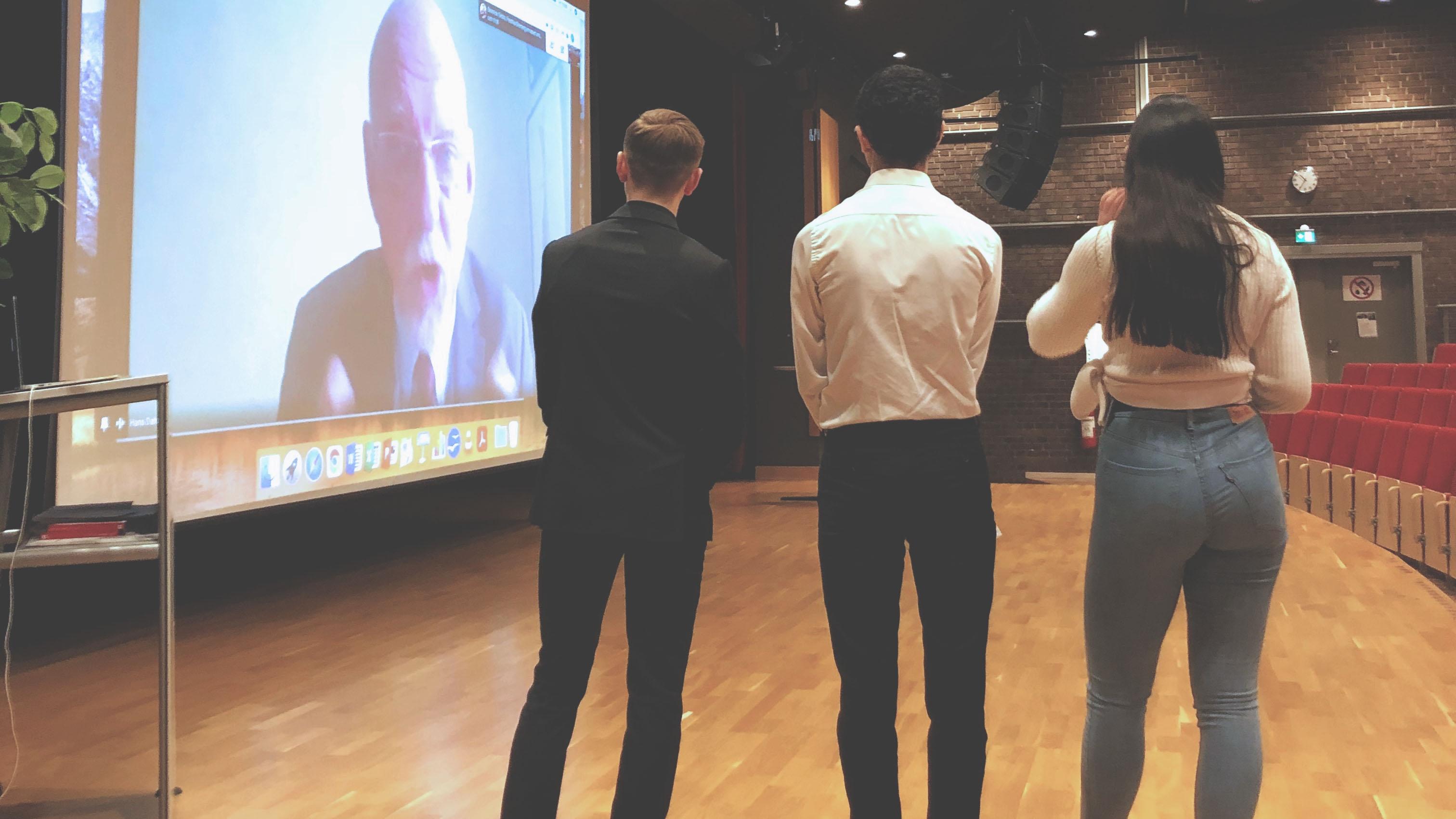 Elever från Fredrika Bremergymnasiet modererar samtal med EU-minister Hans Dahlgren