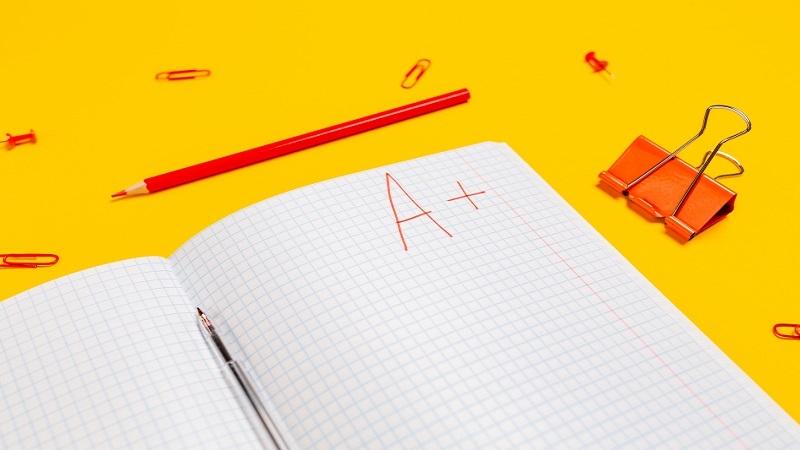 Sida i skrivbok med betyget A+ nedskrivet
