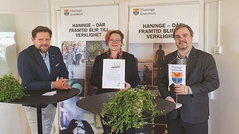 Haninge kommun vinnare av NTF's GuldTriangel. Tobias Hammarberg (L), Meeri Wasberg (S) och Petri Salonen (C)