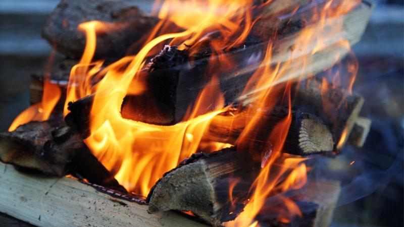 Eld på uppstaplade vedträn