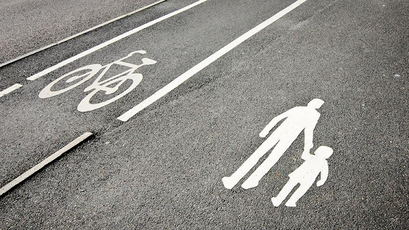 Gång- och cykelbana med symboler i marken